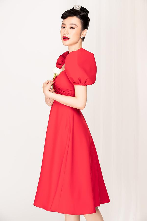 Ngoài tông màu đậm chất bánh bèo là hồng và trắng, Phương Trang còn chọn thêm sắc đỏ để đêm tiệc Valentine thêm nồng cháy.