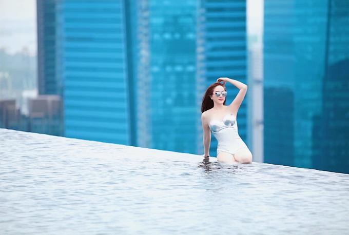 Bảo Thy: Thả dáng trên hồ bơi cao nhất Singapore. Chụp xong tấm đầu tiên là được Marina trao huy chương cô gái gan dạ nhất 2019 luôn.