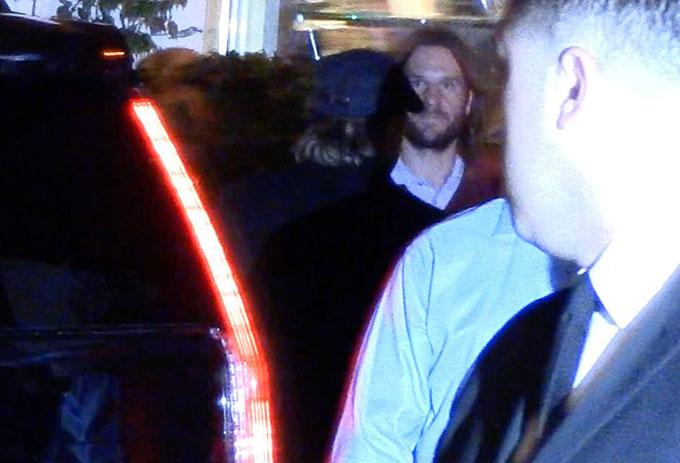 Chồng cũ của Jennifer - nam diễn viên Brad Pitt - được trông thấy tới bữa tiệc sinh nhật. Anh mặc đồ tối màu, đội mũ lưỡi trai đen.