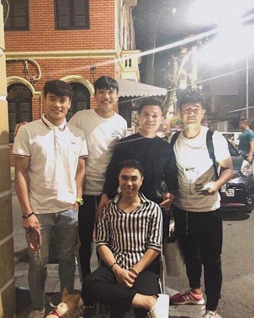 Cầu thủ Quang Hải cùng các đồng đội Bùi Tiến Dũng, Văn Hậu, Hà Đức Chinh chụp ảnh đúng kiểu mừng thọ.