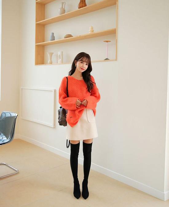 Chân váy ngắn kiểu bó sát dễ để lộ bụng dưới no tròn. Nhưng chân váy chữ A cùng áo over size lại mang lại nét sexy.