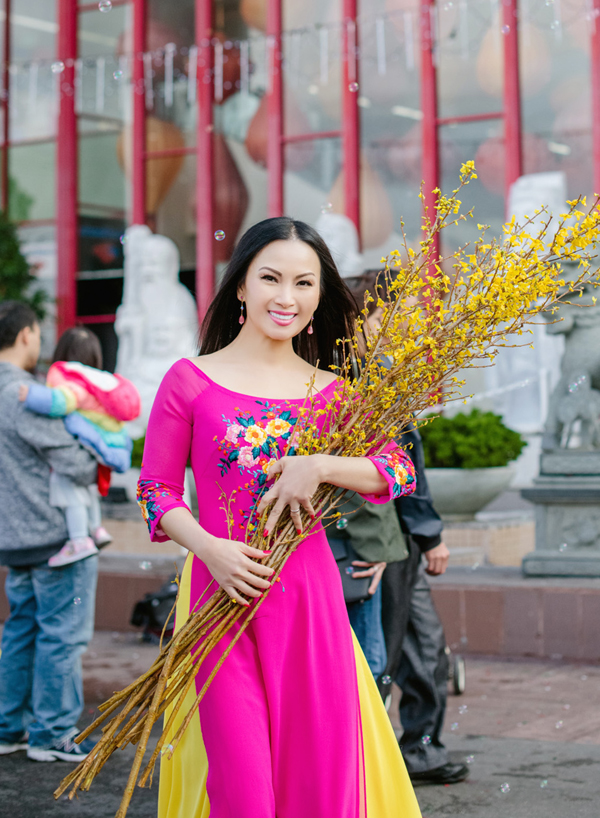 Dù định cư ở Mỹ nhưng Hà Phương vẫn đón Tết Nguyên đán theo phong tục cổ truyền của Việt Nam. Cô duyên dáng trong tà áo dài của nhà thiết kế Thuận Việt, ôm bó mai Mỹ xuống phố đón xuân, chụp ảnh Tết.