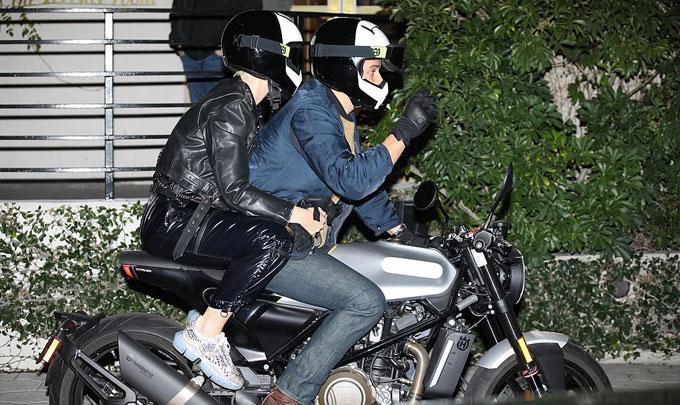 Nhiều ngôi sao khác tới dự sinh nhật của Jennifer như tài tử Orlando Bloom và ca sĩ Kate Perry. Cặp đôi lái mô tô đến khách sạn.