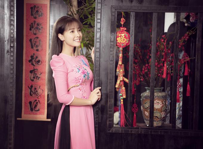 Khánh Hiền hóa thiếu nữ xưa với áo dài tay bồng cổ điển. Năm nay cô ăn Tết Nguyên đán ở Mỹ cùng ông xã James Ngô và con trai cưng.