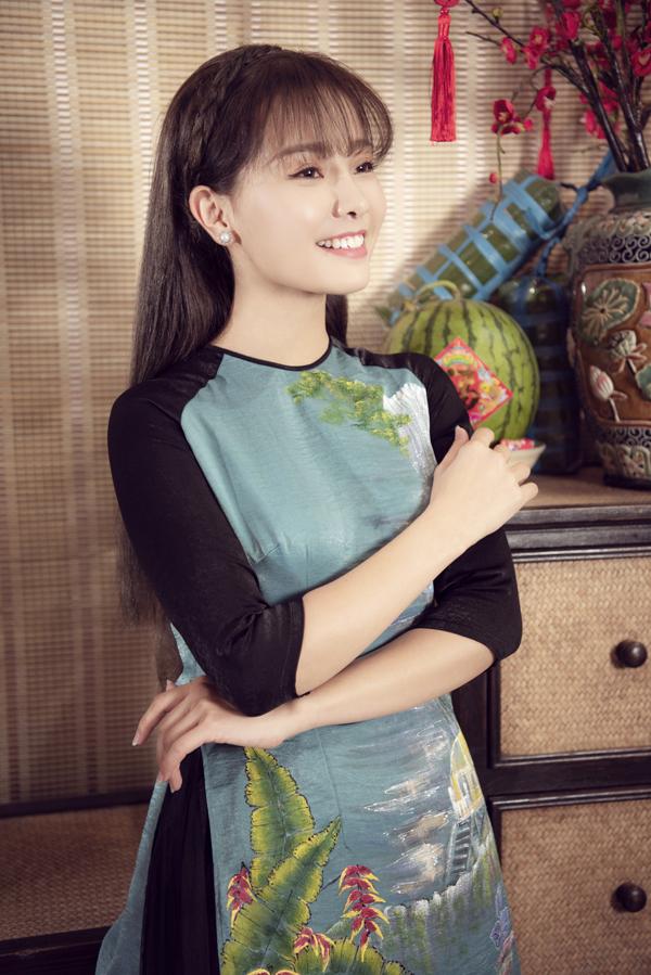 Sau thời gian ở ẩn để thực hiện thiên chức làm mẹ, Khánh Hiền đã lấy lại vóc dáng thon thả như thời con gái. Cô rất thích áo dài họa tiết tranh vẽ phong cảnh làng quê Việt Nam.