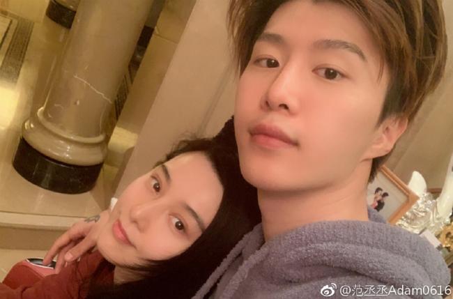 Phạm Thừa Thừa - em trai Phạm Băng Băng hôm 9/2 đăng tải trên Weibo cá nhân loạt ảnh gia đình bên nhau và viết: Tiếp tục ăn Tết, ở nhà buông lỏng bản thân. Xin giới thiệu với mọi người, đây là mẹ tôi, bố tôi, và em gái tôi. Trong ảnh, Băng Băng để mặt mộc, gương mặt xinh xắn. Sau scandal trốn thuế, Băng Băng gần như biệt tăm khỏi làng giải trí, đây là lần hiếm hoi cô lộ diện.