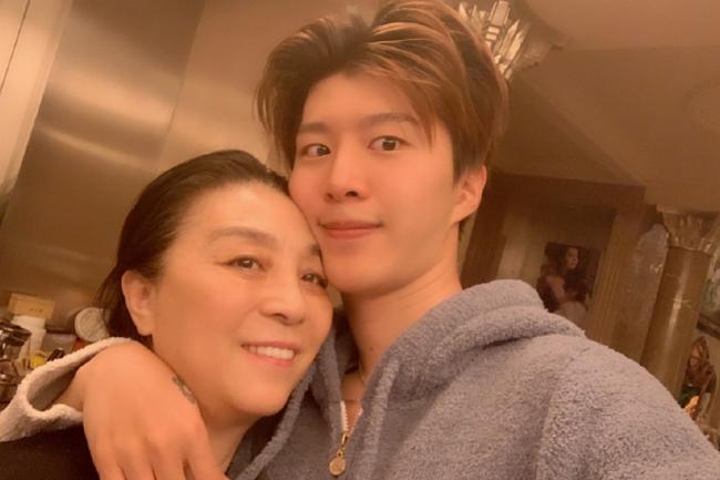 Phạm Thừa Thừa và mẹ đẻ. Mẹ Băng Băng hiện thay con gái điều hành, quản lý và nắm quyền cổ đông của nhiều công ty giải trí mà cô lập ra trước đó.