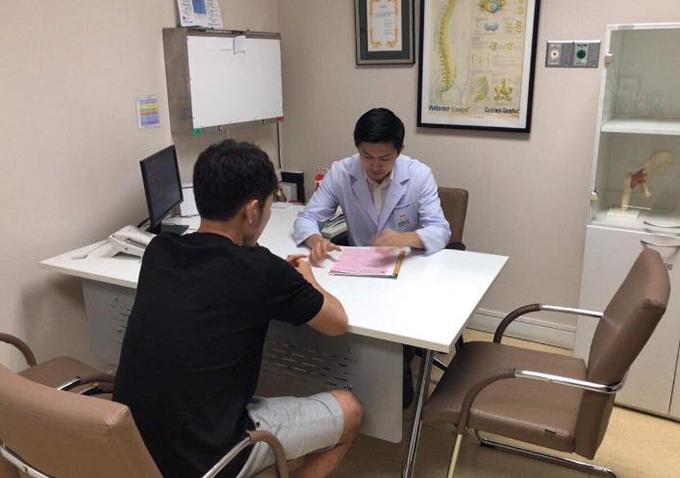 Xuân Trường trong cuộc kiểmt tra y tế tại Thái Lan. Ảnh: HAGL.
