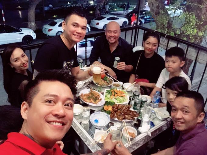 Năm ngoái chả có tất niên.Hôm nay ta mới tân niên sum vầy, Tuấn Hưng bình luận về bức ảnh tụ tập cùng vợ chồng Khắc Việt và những người bạn.