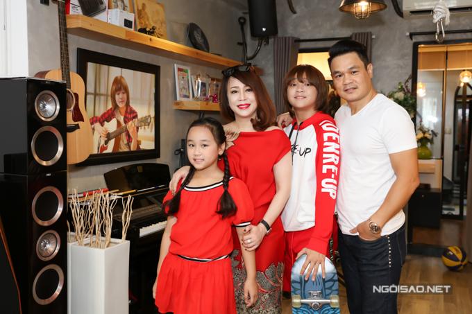 Gia đình ca sĩ Thiên Khôi - quán quân Vietnam Idol Kids 2017 (thứ hai từ phải sang) hiện sinh sống tại quận 1, TP HCM. Căn nhà mặt tiền nằm ở trung tâm quận 1, TP HCM được bố Thiên Khôi sử dụng tầng trệt làm kinh doanh. Từ tầng hai trở lên là không gian sống của gia đình 4 người.