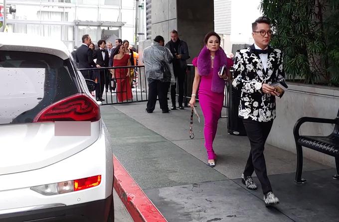 [Caption]8 giờ sáng Thứ Hai, ngày 11.2 (giờ Việt Nam), Lễ trao giải Grammy 2019 đã diễn ra tại Staples Center, Los Angeles. Đến tham dự Grammy, Ông hoàng nhạc Việt chọn cho mình bộ suit đen đính kết cầu kỳ và nổi bật từ thương hiệu Dolce & Gabbana. Nam ca sĩ xuất hiện lịch lãm trên thảm đỏ và tiến vào khán phòng tham dự Lễ trao giải bằng lối đi riêng dành cho nghệ sĩ. Kết thúc chương trình, anh sẽ tham dự After party của Grammy 2019  Tiệc mừng Lễ trao giải âm nhạc lớn nhất hành tinh.