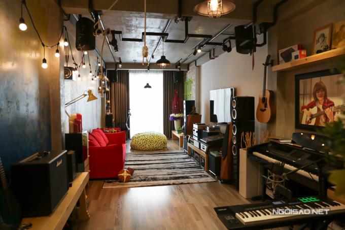 Điểm nhấn đặc biệt của ngôi nhà chính là phòng khách - nơi sinh hoạt thường xuyên của gia đình Thiên Khôi. Không gian được trang trí với gam màu trầm tạo cảm giác ấm cúng.