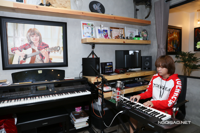 Đây là góc nhà yêu thích của quán quân Vietnam Idol Kids, giúp cậu thỏa niềm đam mê âm nhạc và rèn luyện thêm chuyên môn ca hát.