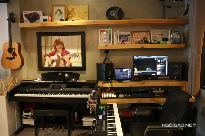 Thiên Khôi cũng được gia đình đầu tư dàn thiết bị phục vụ cho niềm đam mê ca hát.