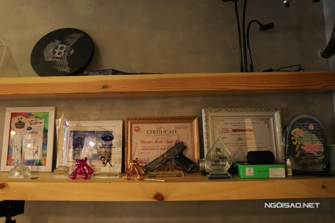 Nhiều bằng khen và giấy chứng nhận được Thiên Khôi sắp xếp trang trọng tại góc học tập.