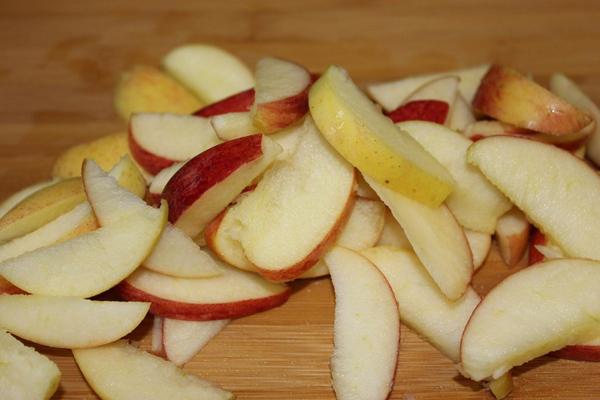 Ăn nhiều táo Một nghiên cứu đã chỉ ra rằng nếu bạn ăn một quả táo 15 phút trước bữa ăn thì có thể giúp tiêu đốt thêm từ 150 - 200 calo mỗi ngày. Hàm lượng chất xơ cao trong táo cũng giúp kích thích trao đổi chất, hỗ trợ tiêu hóa.