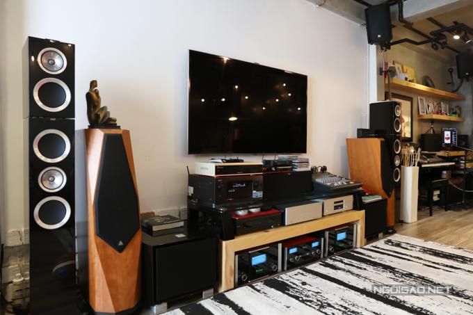 Ba của Thiên Khôi vốn đam mêcác thiết bị âm thanh, dàn loa phục vụ cho việc xem phim, thưởng thức âm nhạc. Hệ thống thiết bị này được ba Thiên Khôi mua và sưu tầmtừ nước ngoài suốt nhiều năm.
