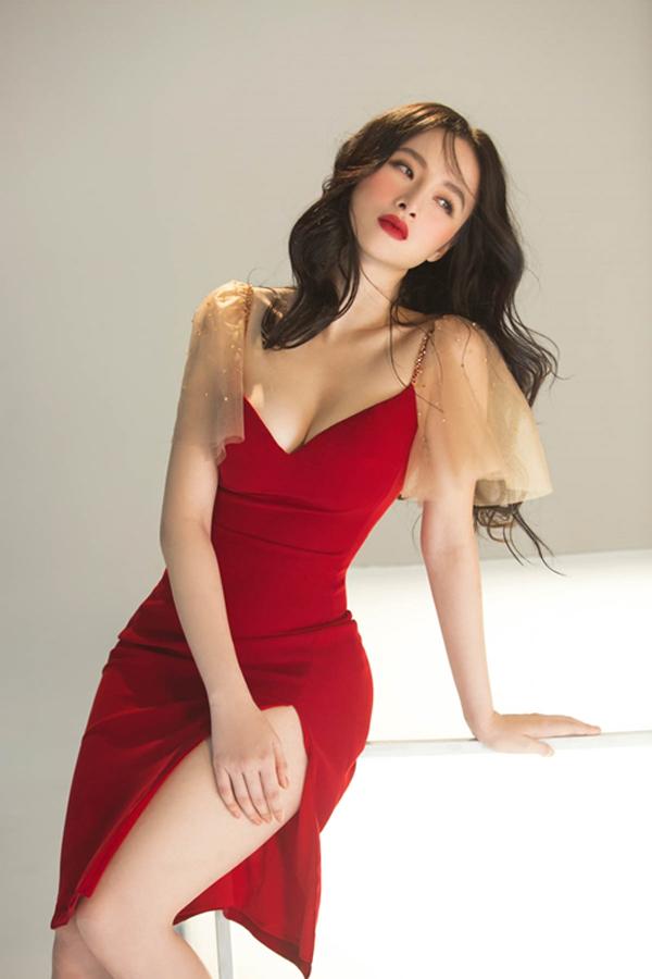Năm 2018, Angela Phương Trinh quyết tâm theo đuổi phong cách mới. Cô vẫn giữ nét gợi cảm nhưng đi theo thiên hướng quyến rũ và sang trọng hơn.