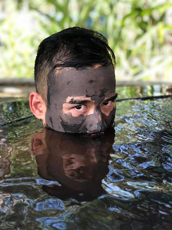 Những tấm ảnh này được thực hiện khi vợ chồng Lương Thế Thành - Thúy Diễm cùng nhau đi tắm bùn, nhân chuyến du xuân đầu năm.