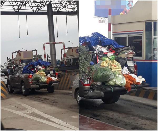 Chiếc xe chở đầy ắp đồ đạc từ quê lên thành phố sau Tết.