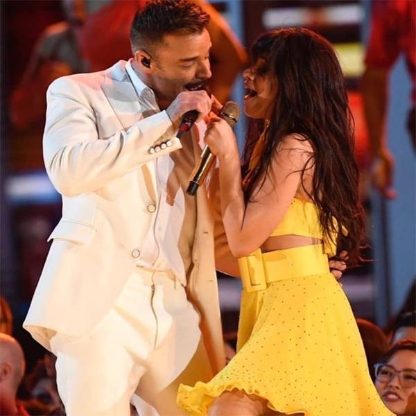 Camila Cabello và Ricky Martin song ca.