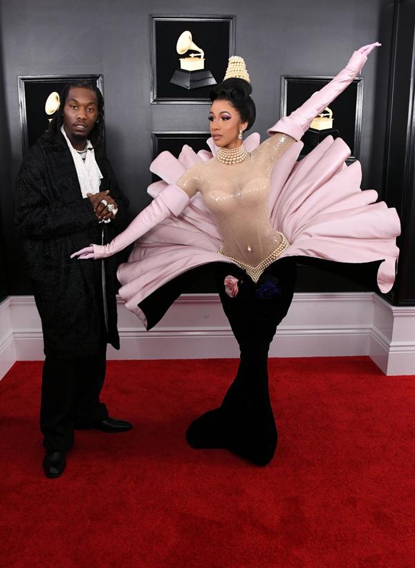 Tuy nhiên Katy Perry chưa phải là ngôi sao mặc lạ nhất Grammy năm nay. Rapper Carbi còn gây bàn tán hơn với kiểu đầm vỏ sò. Cô tạo dáng đủ kiểu trên thảm đỏ cùng vị hôn phu - rapperOffset.