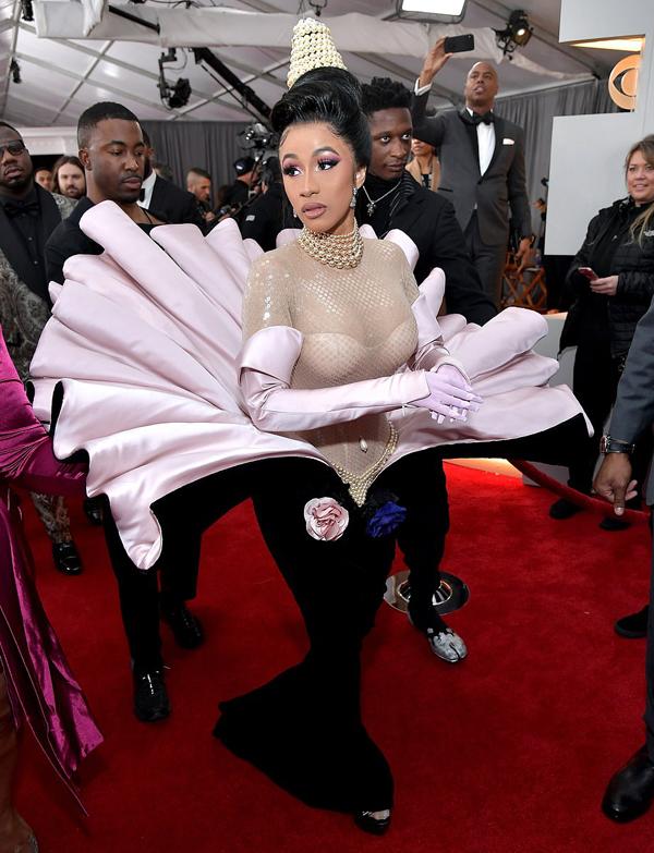Carbi cần tới 5 người hộ tống bê váy. Đây cũng sẽ là một đêm đáng nhớ với nữ rapper nóng bỏng khi cô nhận5 đề cử Grammy.