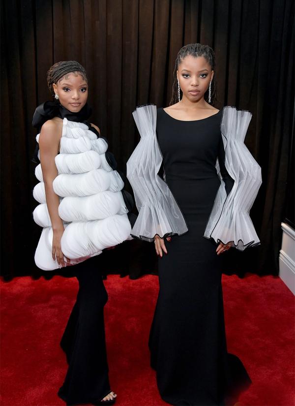 Ngoài ra, cặp chị em ca sĩChloe vàHalle xuất hiện ấn tượng với trang phục đen trắng gây ảo giác. Bộ đôi được đề cử giải Album nhạc đương đại thành trị xuất sắc và Nghệ sĩ mới xuất sắc.