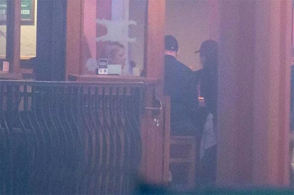 Rooney và nữ nhân viên phục vụ bàn Vicki Rosiek trò chuyện thân mật tại quán rượu. Ảnh: Sun.