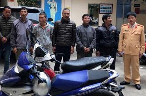 Cảnh sát giao thông xử lý 6 người đàn ông bám theo ôtô du khách để chèo kéo.