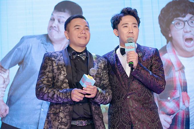 Đạo diễn Nhất Trung (trái) và Trấn Thành dự sự kiện ra mắt phim Cua lại vợ bầu.