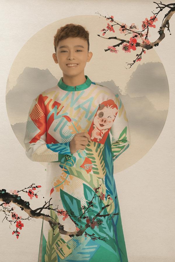 Quán quân Vietnam Idol Kids 2016 Hồ Văn Cường lớn phổng phao ở tuổi 16. Từ ngày làm con nuôi của Phi Nhung, Hồ Văn Cường thi thoảng đi hát đểtập trung học văn hóa. Bố mẹ ruột của giọng ca nhí hiện làm nhân viên trong nhà hàng chay của Phi Nhung.