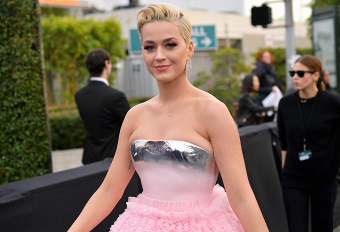 Phần trên chiếc váy bó sát o ép vòng một của Katy.