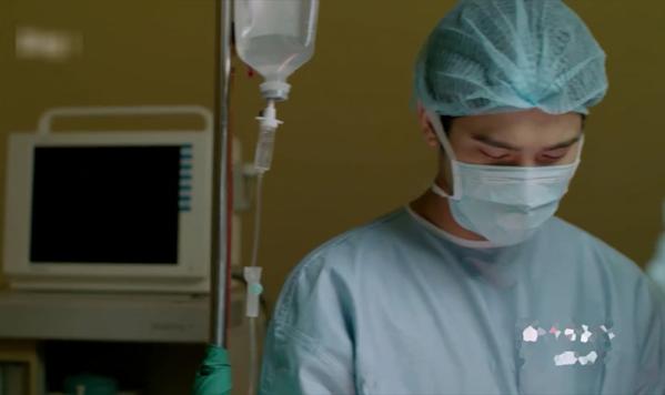 Tập 10, khi bác sĩ Hoài Phương và êkíp phẫu thuật cho bệnh nhân VIP ở tình trạng nguy kịch, màn hình monitor hoàn toàn đen sì.