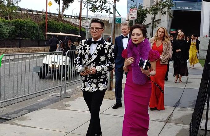 Đại diện Việt Nam tiến vào thảm đỏ bằng lối đi dành riêng cho các nghệ sĩ.