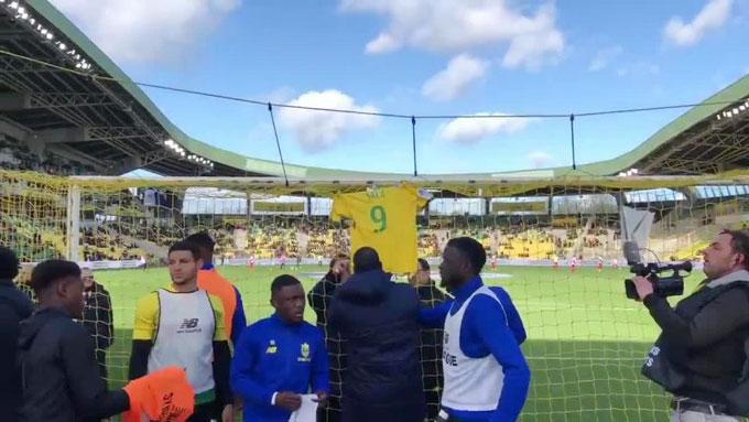 Các cầu thủ Nantes treo áo số 9 của Sala sau gôn