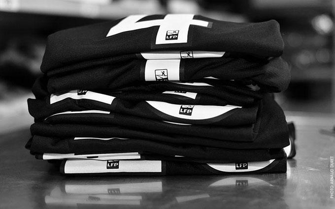 Các cầu thủ đội bóng nước Pháp quyết định mặc áo đen để tưởng nhớ đồng đội cũ.