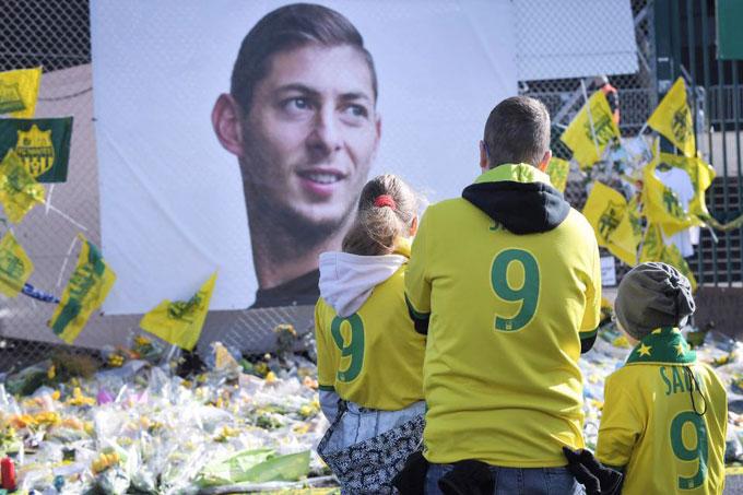 Bên ngoài sân, fan Nantes vẫn đặt hoa, thắp nến