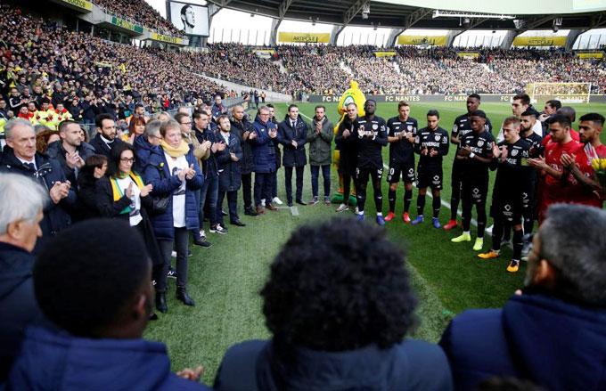 Fan và cầu thủ dành một phút mặc niệm trước khi trận đấu bắt đầu.