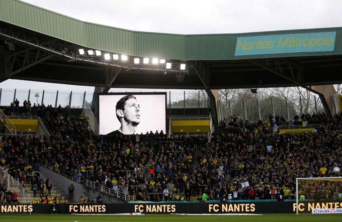 Theo The Sun, trong trận đấu có 9 phút để các fan vỗ tay tưởng nhớ Sala. Vé vào sân cũng đồng giá 9 euro