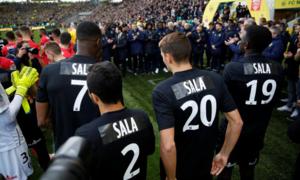 Cầu thủ Nantes mặc áo đen in tên Sala