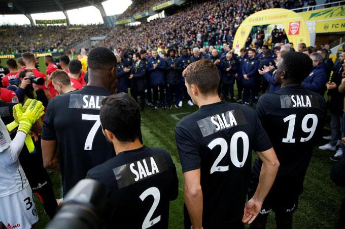 Các cầu thủ Nantes mặc áo in tên Sala thể hiện sự tiếc thương đồng đội cũ.