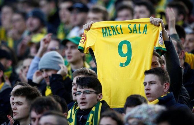 Chiếc áo vàng ghi chữ Cảm ơn Sala được một fan Nantes giơ cao trên khán đài.