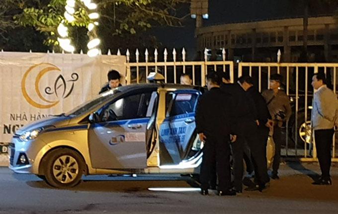 Nơitài xế taxi lao từ trong xe ra đường.Ảnh: Phương Sơn