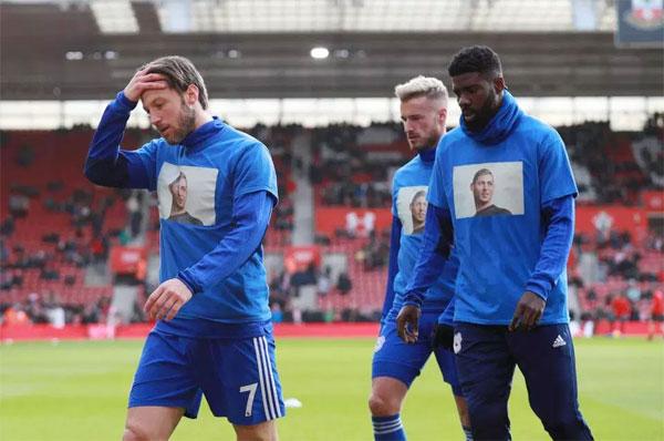 Các cầu thủ Cardiff City mặc áo in hình Sala