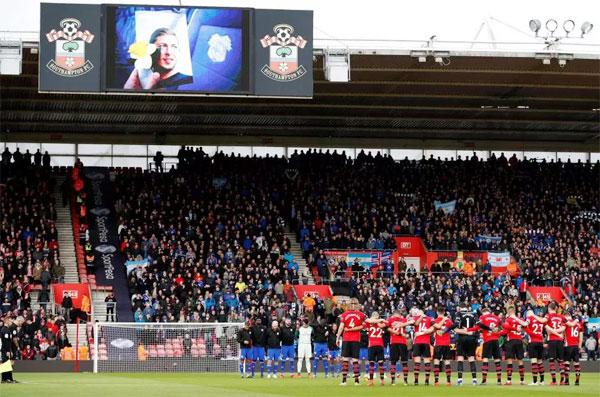 Các cầu thủ Cardiff City và Southampton mặc niệm tưởng nhớ Sala trước trận đấu hôm 9/2.