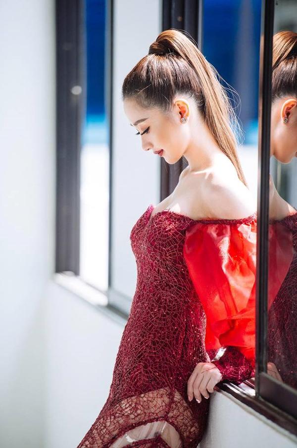 Sau khi tôn tạo vòng 1, ngọc nữ mới của làng điện ảnh Việt chuộng các kiểu váy khoe vai trần, khoét ngực sâu...