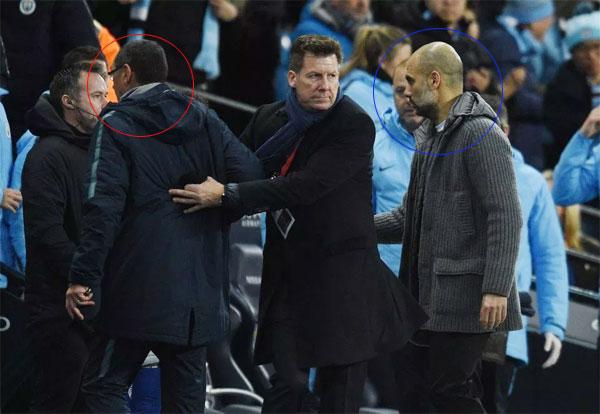 HLV Chelsea (vòng tròn đỏ) đi vào đường hầm, không bắt tay đồng nghiệp bên phía Man City