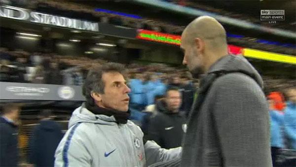 HLV Guardiola nói chuyện với cựu danh thủ Zola, trợ lý HLV Chelsea.