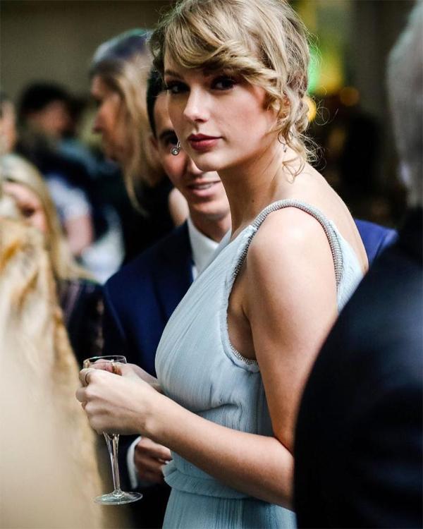 Taylor Swift xuất hiện quyến rũ tại lễ trao giải điện ảnh BAFTAs ở London, tối 10/2. Cô đến để ủng hộ bạn trai, nam diễn viên Joe Alwyn, khi bộ phim The Favourite của anh chiến thắng ở 7 hạng mục. Cũng tối 10/2, lễ trao giải Grammy diễn ra tại Los Angeles, Mỹ nhưng Taylor đã cáo bận không tham dự. Năm nay, cô được đề cử giải Album nhạc pop xuất sắc. Với các nghệ sĩ khác đây có thể là một vinh dự lớn nhưng với Taylor, dường như cô đã có chút thất vọng vì mong chờ album Reputation lọt vào nhiều hạng mục đề cử hơn thế. Trong suốt sự nghiệp, Taylor đã nhận được 32 đề cử và chiến thắng 10 lần.